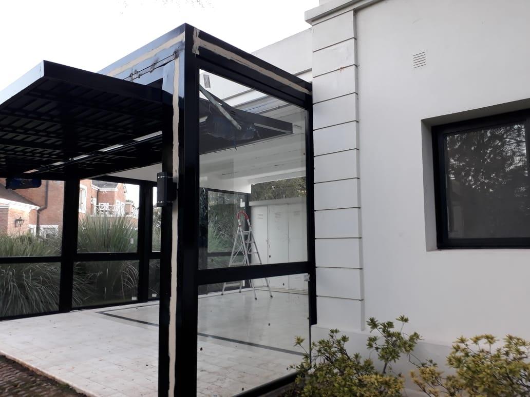 Quincho aluminio negro y portón levadizo