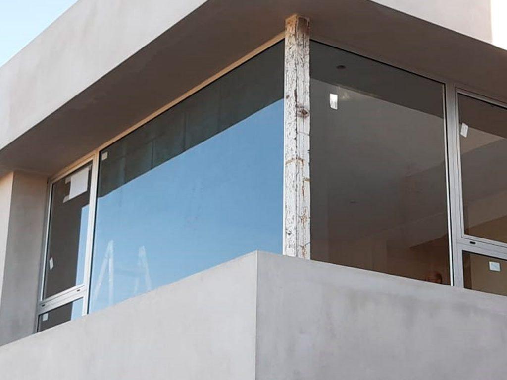 Carpintería de aluminio con vidrios DVH en Manantiales